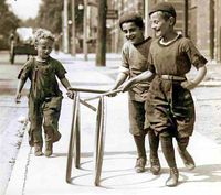 Boys_with_hoops_on_Chesnut_Street Toronto 1922