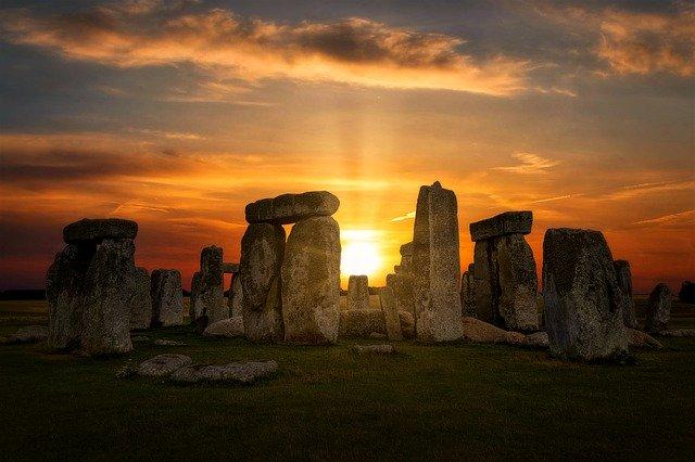 Wench stonehenge-4614639_640